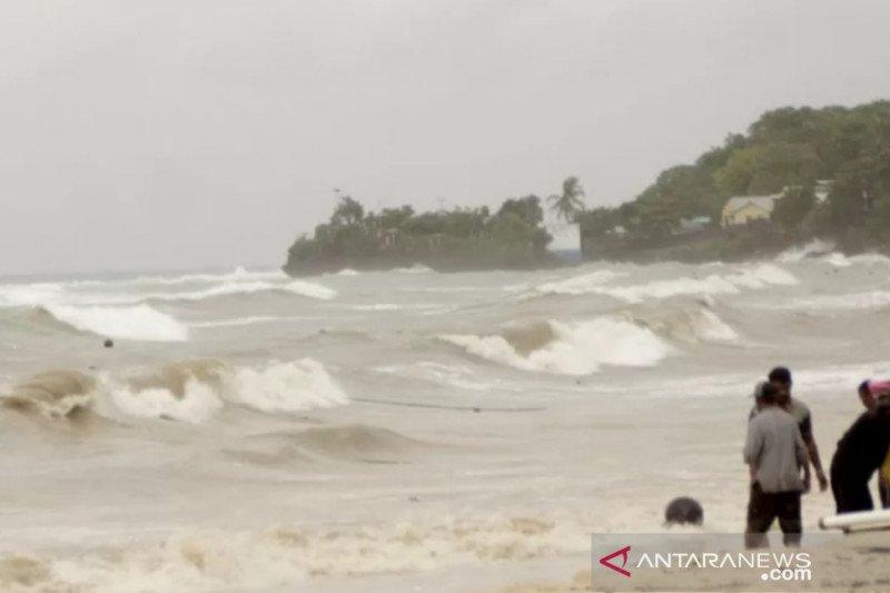 BMKG ingatkan warga waspada gelombang 4 meter di sebagian perairan NTT
