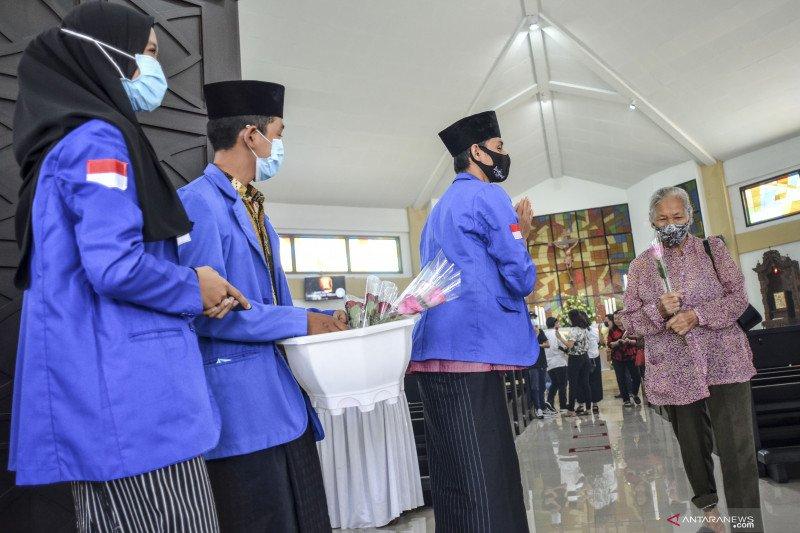 Aksi pembagian bunga antar umat beragama