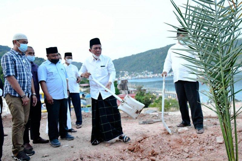 Pohon kurma dari Inggris ditanam di Masjid Agung Baitul Makmur