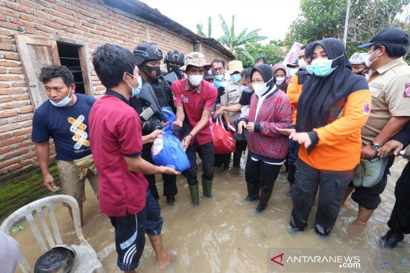 Mensos Risma bagikan bantuan untuk korban banjir di NTB