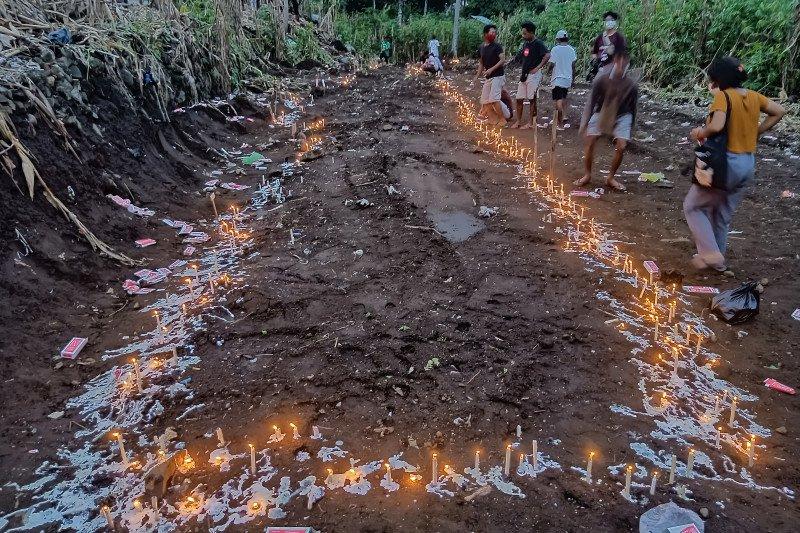 Jenazah korban tanah longsor di Lama Nele dimakamkan massal