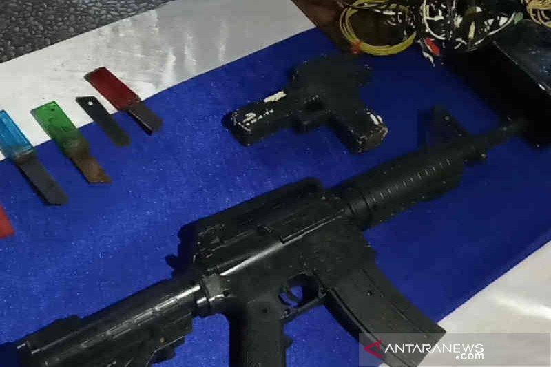 Petugas temukan ponsel dan pistol mainan saat razia Lapas Cirebon