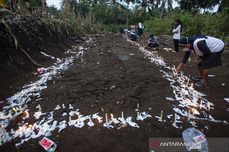 Pemakaman massal korban tanah longsor di Flores Timur