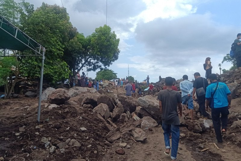 Bau amis menyeruak di lokasi pencarian orang hilang Desa Lamanele