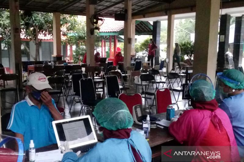 DKI fasilitasi vaksin bagi pendamping dua lansia yang ikut vaksinasi