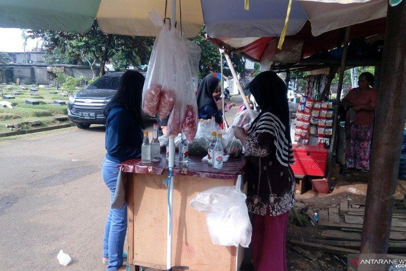 Pedagang bunga TPU Pondok Kelapa raup untung