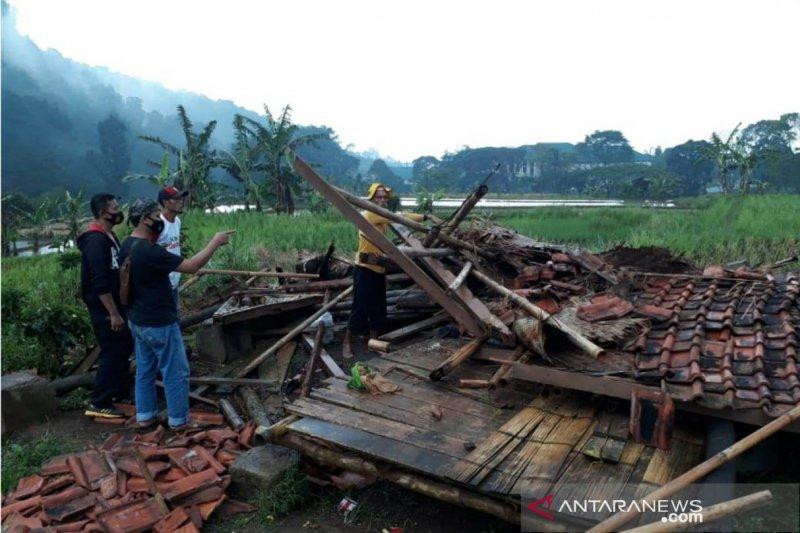 Dua orang petani meninggal tertimpa bangunan ambruk