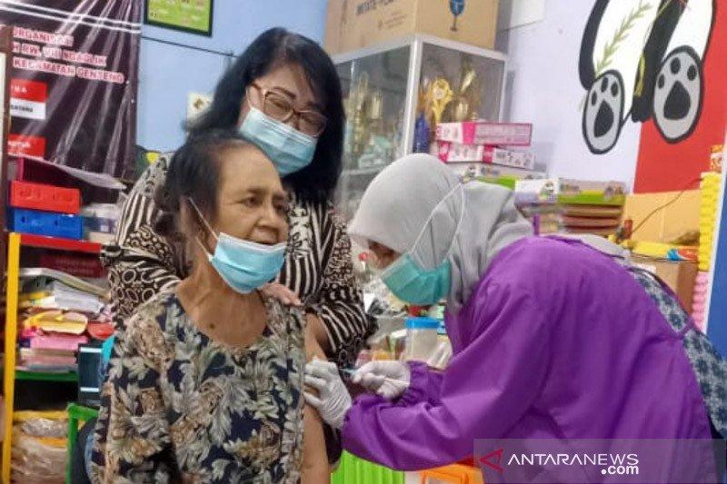 Dinkes Surabaya terapkan pola jemput bola untuk vaksinasi lansia