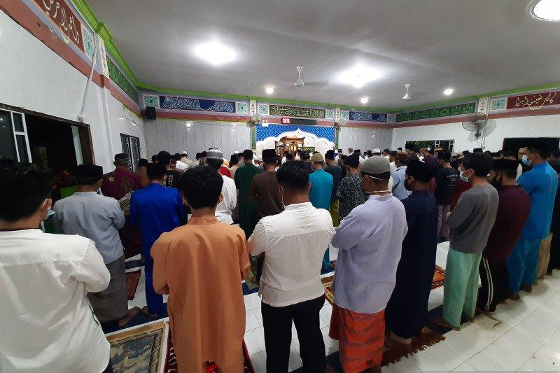 Warga Tanjungpinang antusias shalat tarawih perdana di masjid