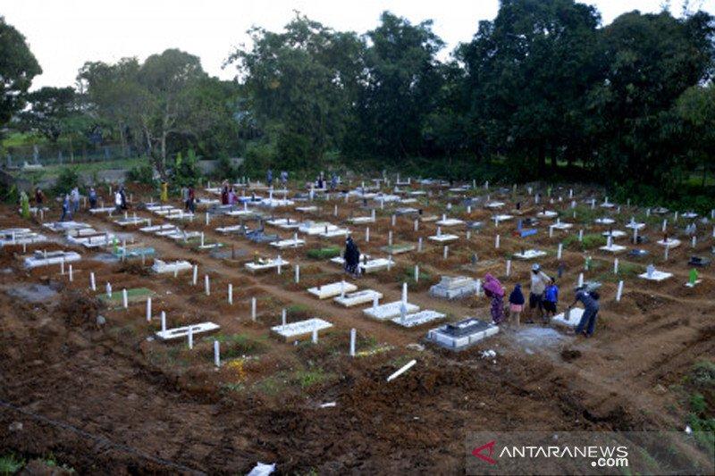 Ziarah kubur jelang Ramadhan di pemakaman khusus COVID-19