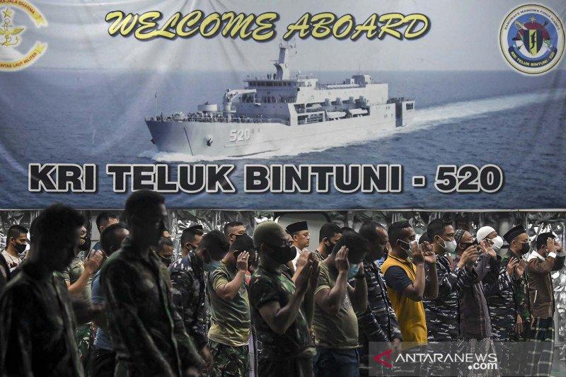 Shalat Tarawih di KRI Teluk Bintuni-520