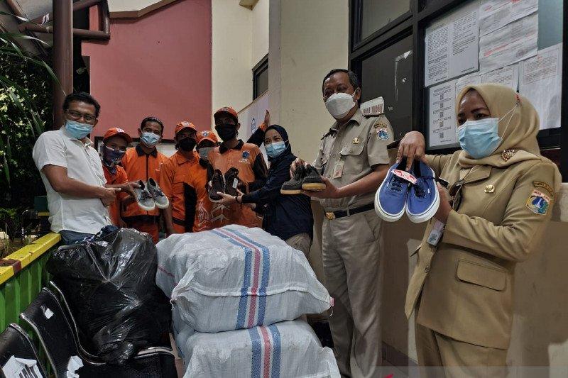 Petugas PPSU Sunter Agung terima 155 pasang sepatu di bulan Ramadhan
