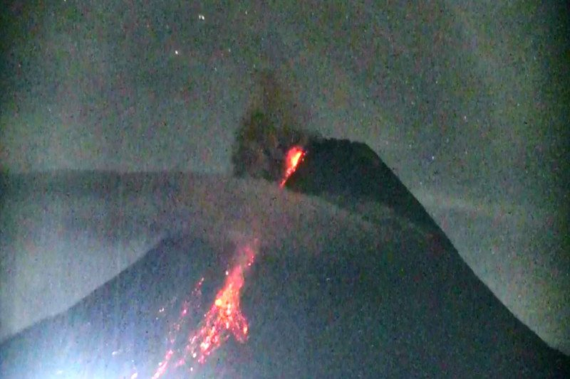 Gunung Merapi meluncurkan awan panas guguran tiga kali hingga 1,8 km