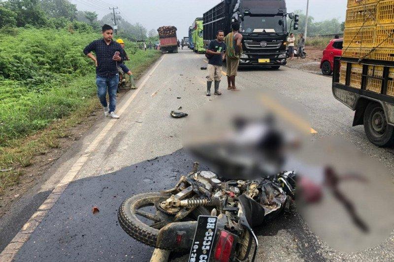 Suami istri tewas akibat motornya menabrak truk sawit di Jalinsum