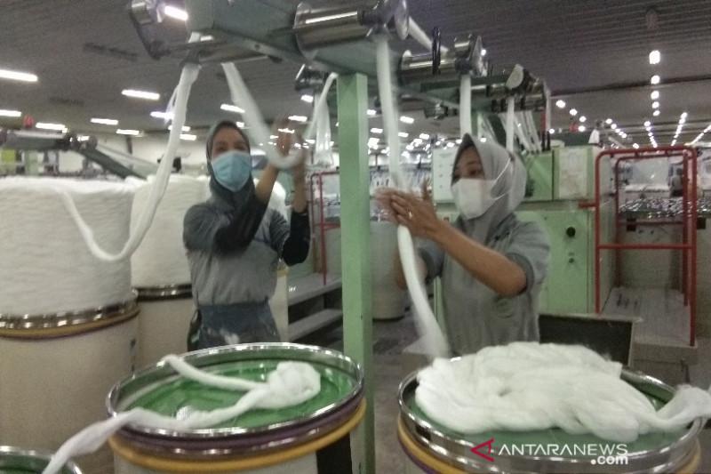 Buruh Pabrik PT Miles pemintalan benang di Batang