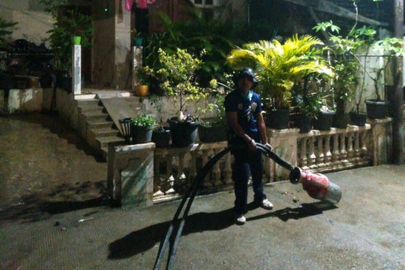 Damkar Jakarta Timur bantu penyedotan banjir di Cipinang Melayu