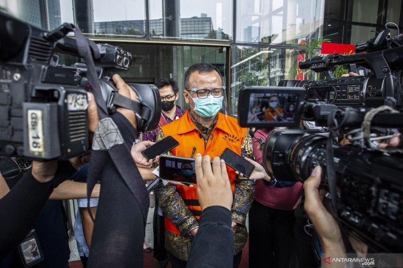 Dua eks staf Menteri Kelautan didakwa bantu Edhy Prabowo terima suap