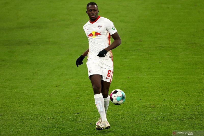 Bek Leipzig bantah rumor telah bicara dengan Liverpool