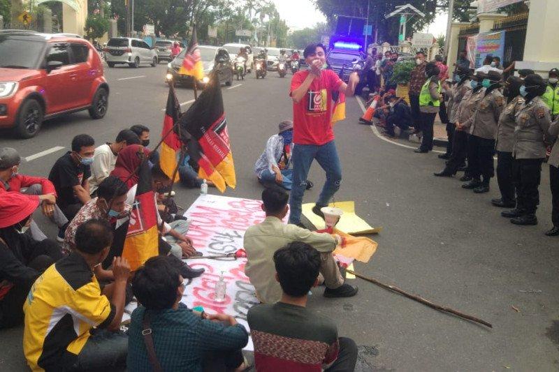 Mahasiswa demo Polda Sumbar tuntut ungkap penyelewengan dana COVID-19