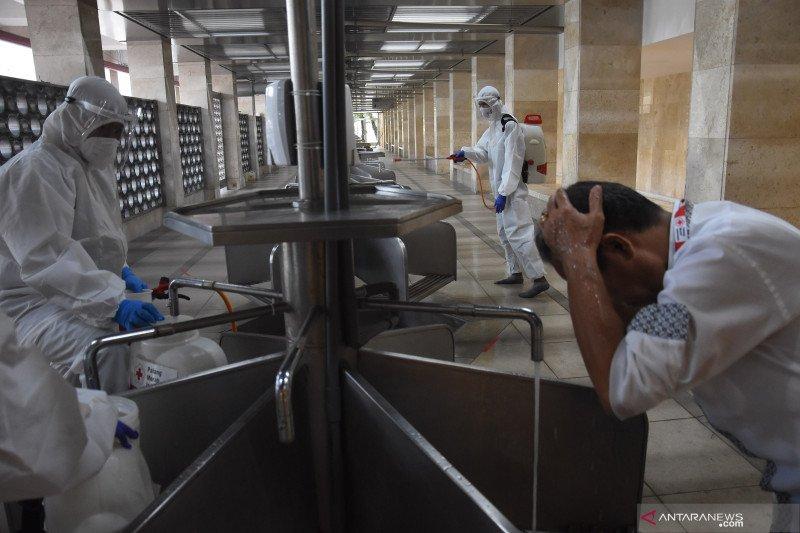 antarafoto penyemprotan disinfektan di masjid istiqlal 160421 ies 9 1