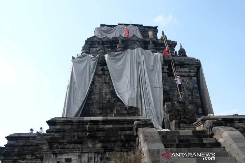 Balai Konservasi Borobudur lepas terpal penutup Candi Mendut