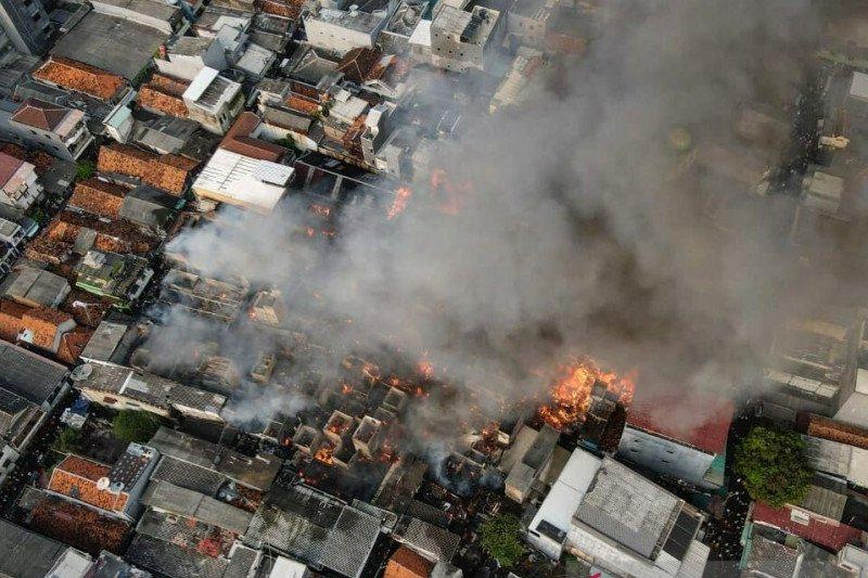 Damkar Jakbar kerahkan 23 kendaraan pemadam atasi kebakaran Taman Sari
