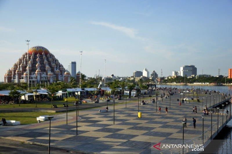 Ngabuburit di kawasan Masjid 99 Kubah di Makassar