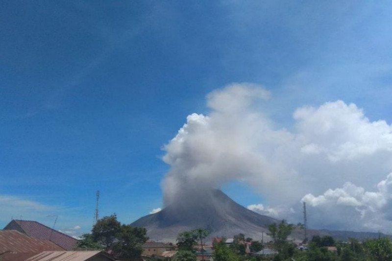 Gunung Sinabung dua kali erupsi luncurkan abu vulkanik 2.000 meter