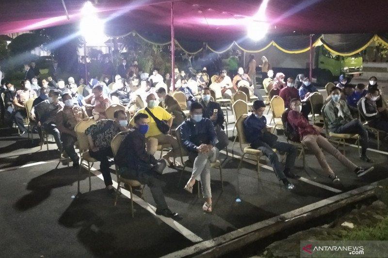 Ratusan pegawai publik dan lansia mendapat vaksinasi usai tarawih