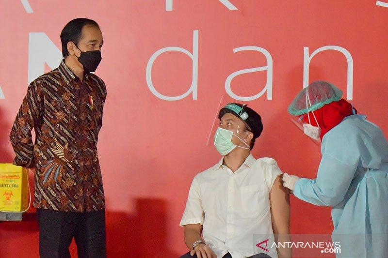 Nicholas Saputra dipuji netizen karena taat antre vaksinasi