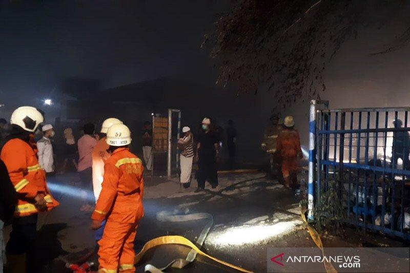 Diduga akibat petasan, gudang mebel di Pulogebang terbakar
