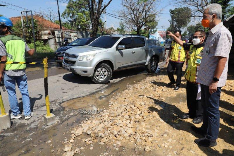 Saat cek perbaikan jalan rusak, Ganjar tanya ketiadaan selokan