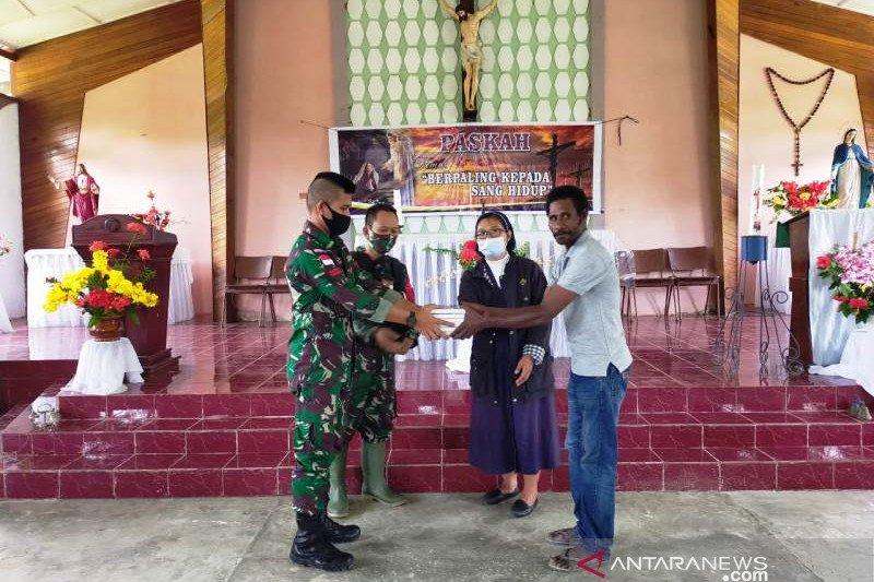 Satgas TNI bagikan Alkitab di gereja perbatasan RI-PNG