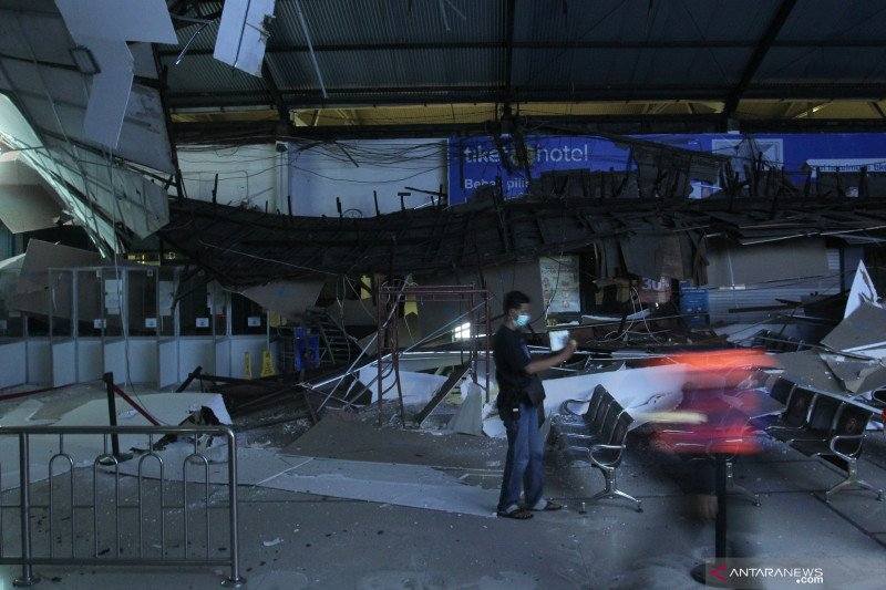 Langit-langit Stasiun Pasar Turi ambruk