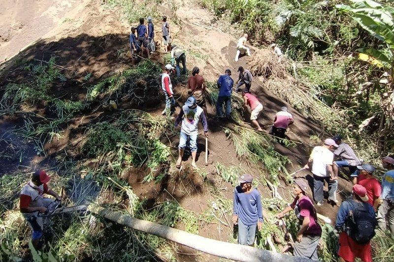 Tim SAR gabungan temukan korban tertimbun longsor di Kabupaten Malang