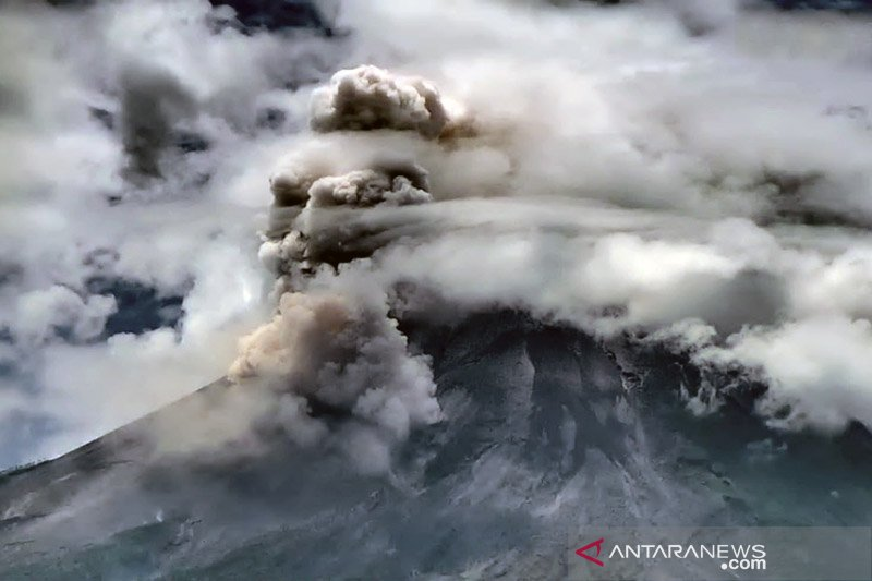 Merapi meluncurkan awan panas guguran sejauh dua kilometer