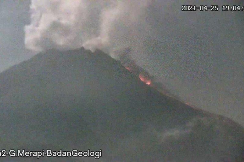 Awan panas guguran Gunung Merapi meluncur sejauh 1,5 km