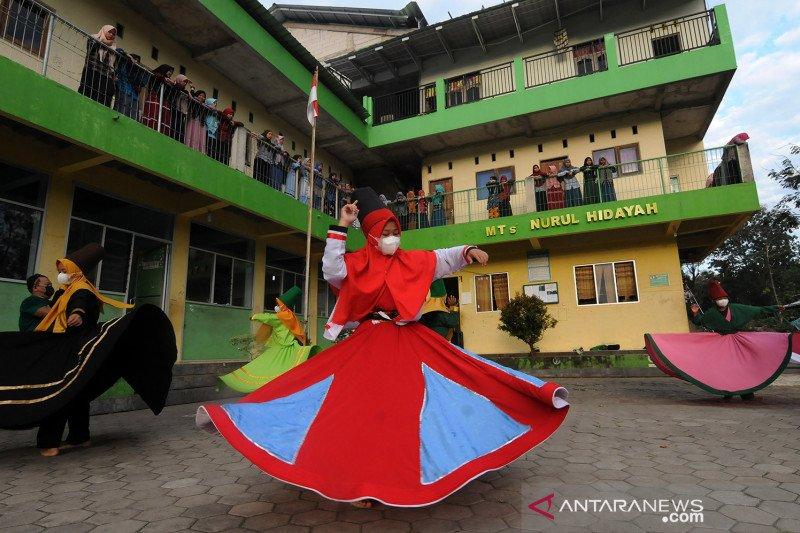 Ngabuburit sambil berlatih tarian Sufi di pesantren