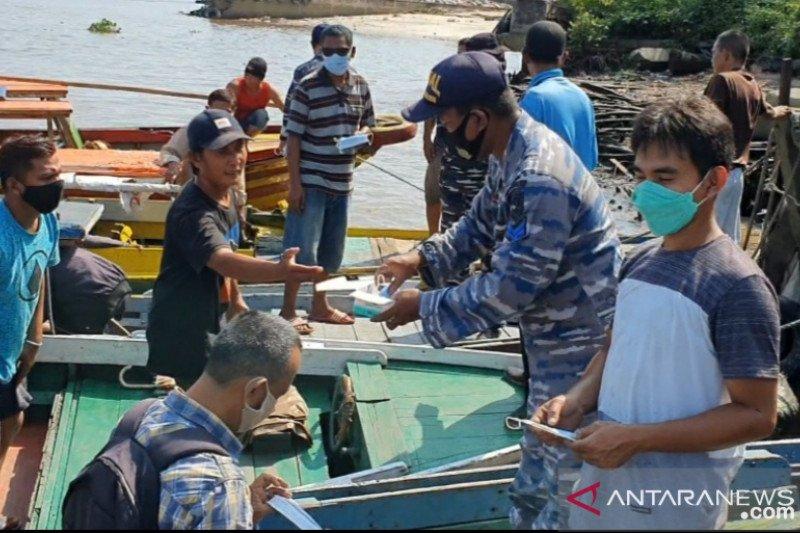 Prokes masyarakat perairan di Kalsel rendah, TNI-AL beri edukasi