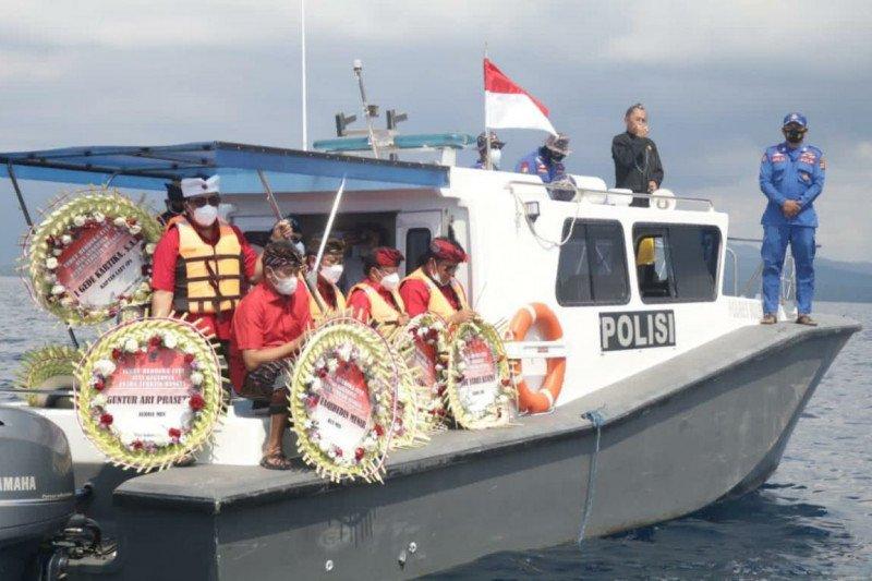Gubernur Bali dan warga tabur bunga bagi kru KRI Nanggala yang gugur
