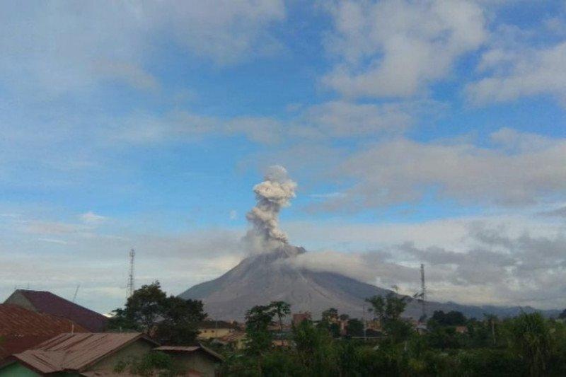 Sinabung semburkan abu vulkanik setinggi 1.000 meter