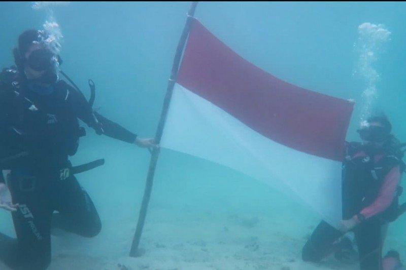 Natuna kibarkan merah putih di bawah laut untuk korban KRI Nanggala