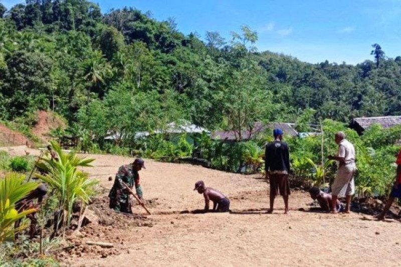 TNI bersama warga kampung Haihorey bangun drainase mencegah banjir