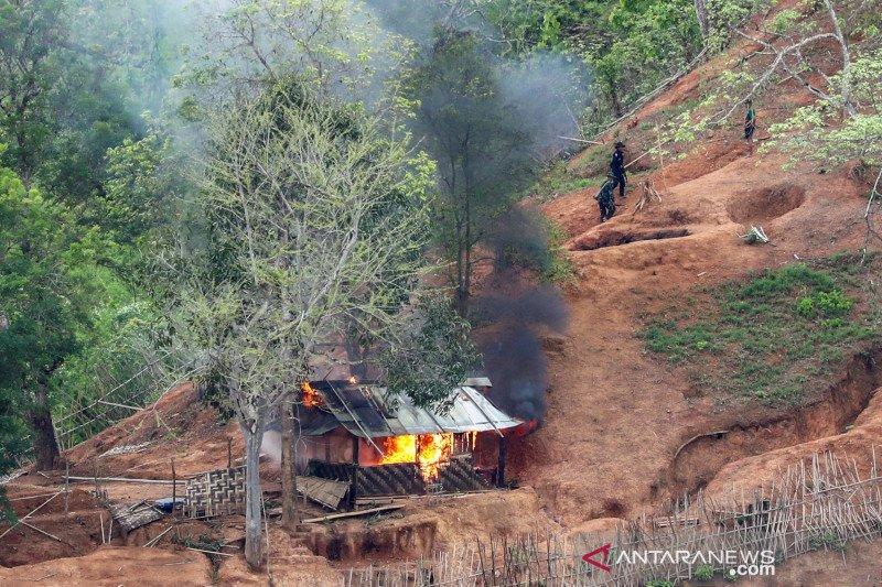 Pasukan etnis minoritas Karen bakar pos militer Myanmar di perbatasan Thailand