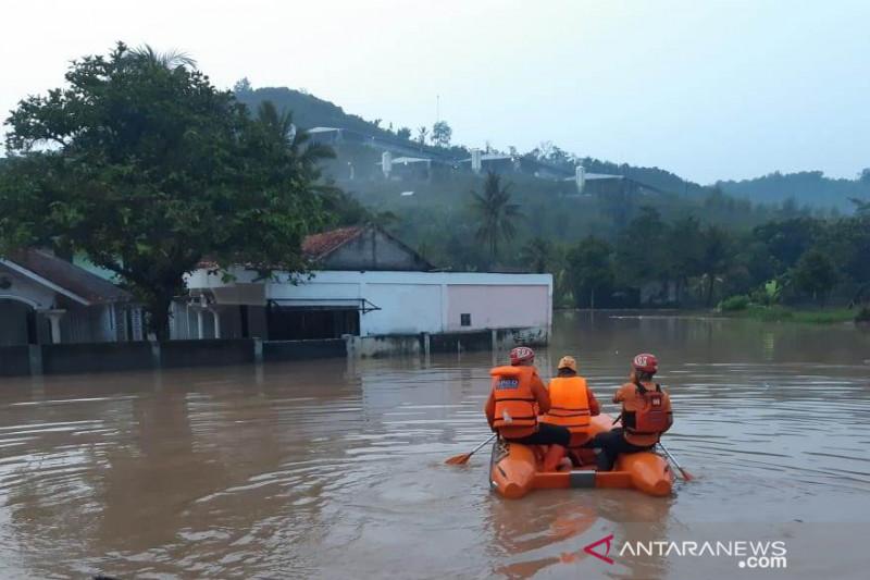 Banjir memaksa sejumlah warga mengungsi di dua desa Cianjur