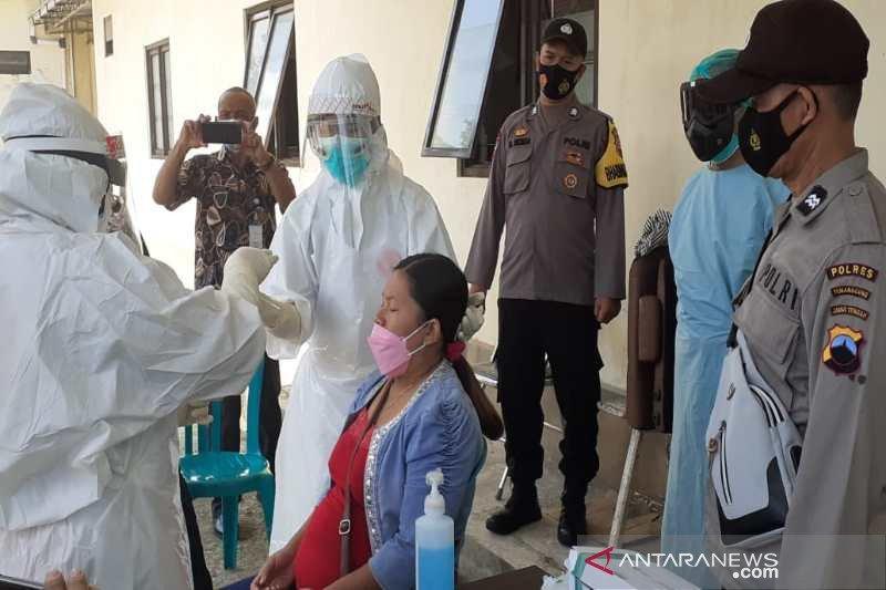 Babinsa dan Bhabinkamtibmas Temanggung jemput pemudik lakukan swab