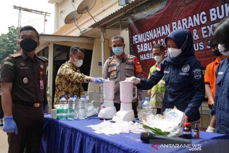 Polrestro Bekasi memusnahkan narkoba lintas negara