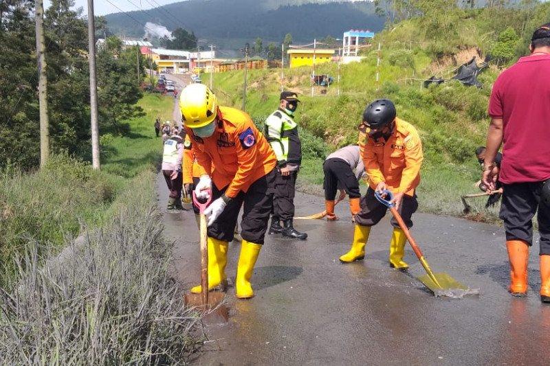 BPBD bersihkan jalan dari lumpur sisa erupsi Kawah Sileri