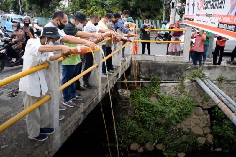 Menebar 300 liter Eco Enzyme ke sungai tercemar di Padang