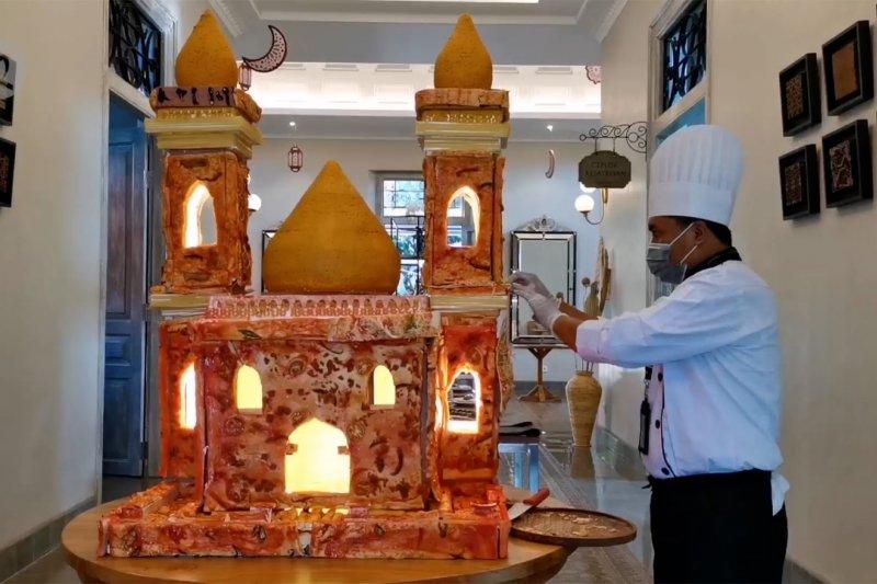 Miniatur masjid dari rengginang dan pizza